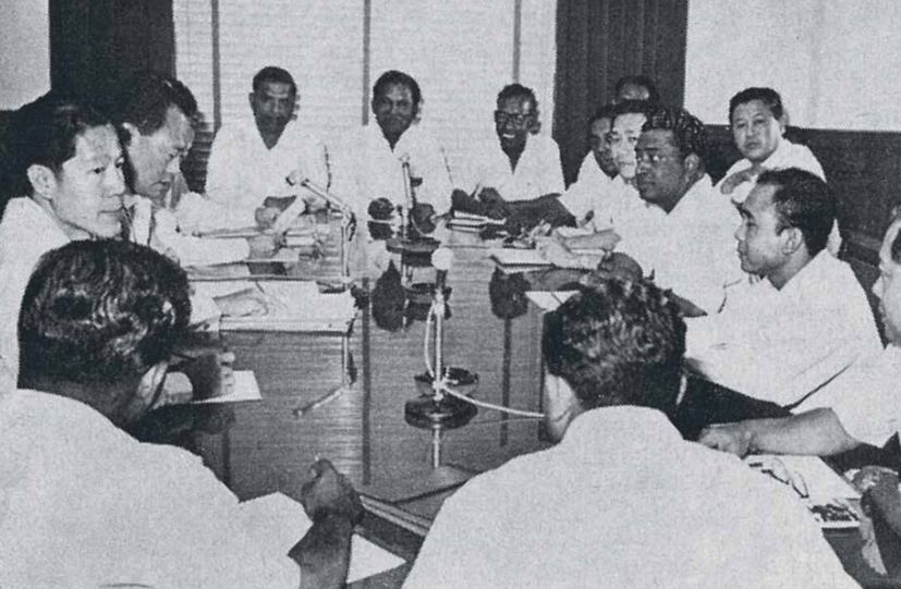 Mr Lee Kuan Yew (second from left) briefing trade unionists in 1967 on the impending British military pull out.